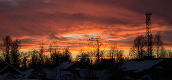 Céu bonito incomum da noite sobre a vila Imagens de Stock Royalty Free