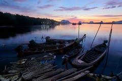 Céu bonito na manhã durante barcos do nascer do sol e do longtail foto de stock royalty free