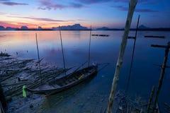 Céu bonito no barco do longtail da manhã e do pescador foto de stock royalty free