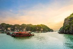 Céu bonito no mar abaixo dos penhascos da pedra calcária da baía de Halong, Vietname foto de stock royalty free