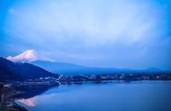Céu bonito no por do sol, Monte Fuji japão imagens de stock