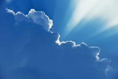 Céu bonito Nuvens com os raios de luz que emergem de atrás Foto de Stock Royalty Free