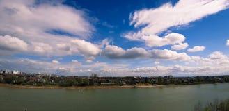 Céu bonito sobre o rio de Kuban! foto de stock