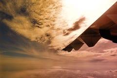 Céu branco da nuvem na atitude de nível elevado, vista da janela airplan Fotos de Stock
