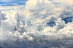 Céu branco da nuvem na atitude de nível elevado, vista da janela airplan Foto de Stock Royalty Free