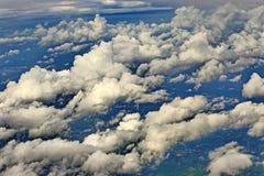 Céu branco da nuvem na atitude de nível elevado, vista da janela airplan Fotos de Stock Royalty Free