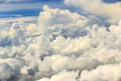 Céu branco da nuvem na atitude de nível elevado, vista da janela airplan Imagem de Stock