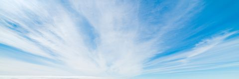Céu branco e azul imagens de stock