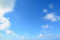 Céu branco e azul imagem de stock