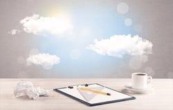 Céu brilhante com nuvens e mesa de escritório Imagem de Stock Royalty Free