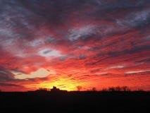 Céu brilhante do por do sol do inverno sobre a exploração agrícola de leiteria de Illinois fotografia de stock royalty free