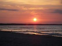Céu brilhante do por do sol sobre a água no mar Báltico, Estônia fotos de stock