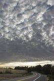 Céu Checkered acima da estrada fotografia de stock