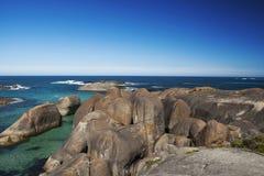 Céu claro, água azul e rochas na Austrália Ocidental de Albany Foto de Stock