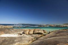 Céu claro, água azul e rochas na Austrália Ocidental de Albany Fotos de Stock Royalty Free