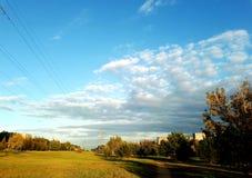 Céu claro com as nuvens no outono foto de stock