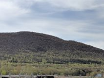 Céu claro e Mountain View bonito fotografia de stock