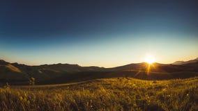Céu claro 4k do por do sol das montanhas de Timelapse filme