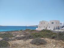 Céu claro, mar azul, casas brancas fotos de stock royalty free