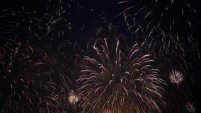 Céu coberto com os fogos-de-artifício dourados das faíscas filme