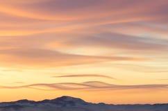 Céu colorido do inverno com as nuvens sobre a ilha de Olkhon no Bai Fotos de Stock