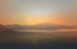 Céu colorido do panorama durante o nascer do sol e o por do sol em uma manhã do verão Fotos de Stock