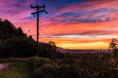 Céu colorido do por do sol acima do terreno imagens de stock