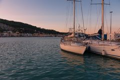 Céu colorido do por do sol sobre o porto de Zakynthos, Grécia fotografia de stock royalty free