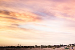 Céu colorido do sunburst do arco-íris no por do sol imagem de stock royalty free