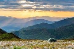 Céu colorido em Tatras sobre seu lugar do acampamento Fotos de Stock