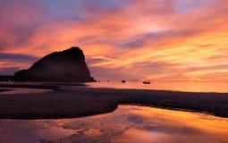 Céu colorido no nascer do sol na praia Fotografia de Stock Royalty Free