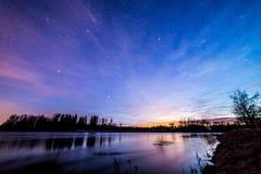 Céu colorido pelo rio imagem de stock royalty free