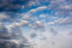 Céu com as nuvens brancas e azuis imagem de stock