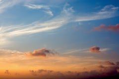 Céu com as nuvens brancas e azuis fotos de stock royalty free
