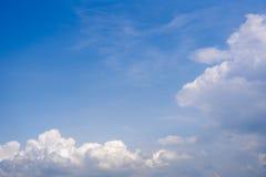 Céu com as nuvens de cúmulo wispy Imagem de Stock