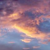 Céu com as nuvens durante o por do sol Foto de Stock