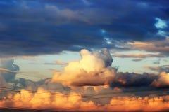 Céu com as nuvens no por do sol Imagens de Stock