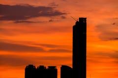 Céu com as nuvens sobre a cidade de nivelamento fotos de stock royalty free