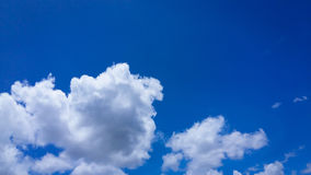 Céu com nuvens brancas Fotos de Stock