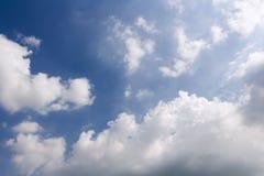 Céu com nuvens e luz do sol da luz no céu pitoresco iluminado foto de stock royalty free