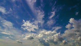 céu com nuvens macias, chave do dia da fotografia do Tempo-lapso 4k do hroma do  de Ñ, laço video vídeos de arquivo