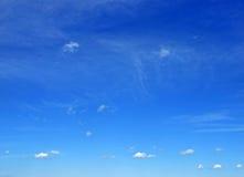 Céu com nuvens pequenas Imagens de Stock