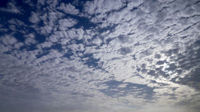 Céu com o nebuloso no alvorecer Imagem de Stock