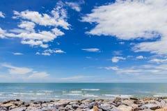 Céu com a praia bonita com rochas e o mar tropical Foto de Stock Royalty Free