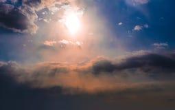 Céu com sol e nuvens fotos de stock royalty free