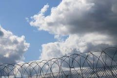 Céu com um furo coração-dado forma na nuvem foto de stock