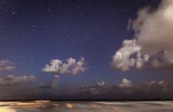 Céu completamente das estrelas acima do oceano Fotografia de Stock