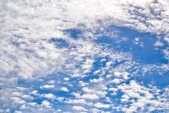 Céu completamente de nuvens plúmeos fotografia de stock royalty free