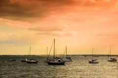 Céu cor-de-rosa, mar, barcos, água Fotos de Stock