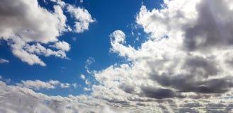 Céu cor-de-rosa/roxo/azul original com formação da nuvem Imagem de Stock Royalty Free